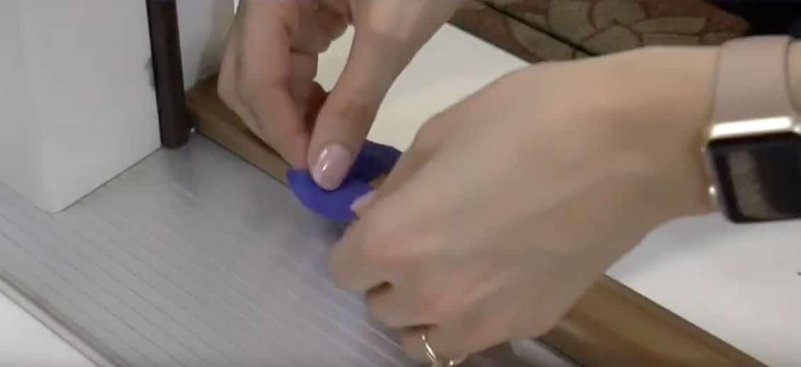 Adjusting an adjustable door sill.